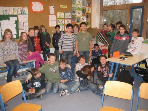 Klasse 6a vor der Hundehütte