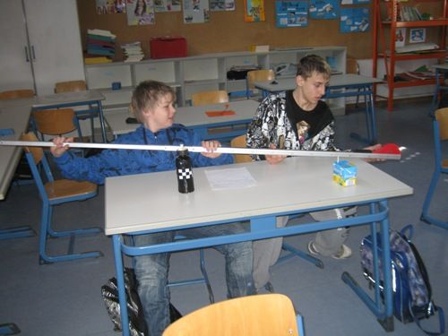Jungs beim Tisch ausmessen