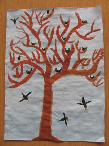 Kahler Baum mit Vogelschwarm